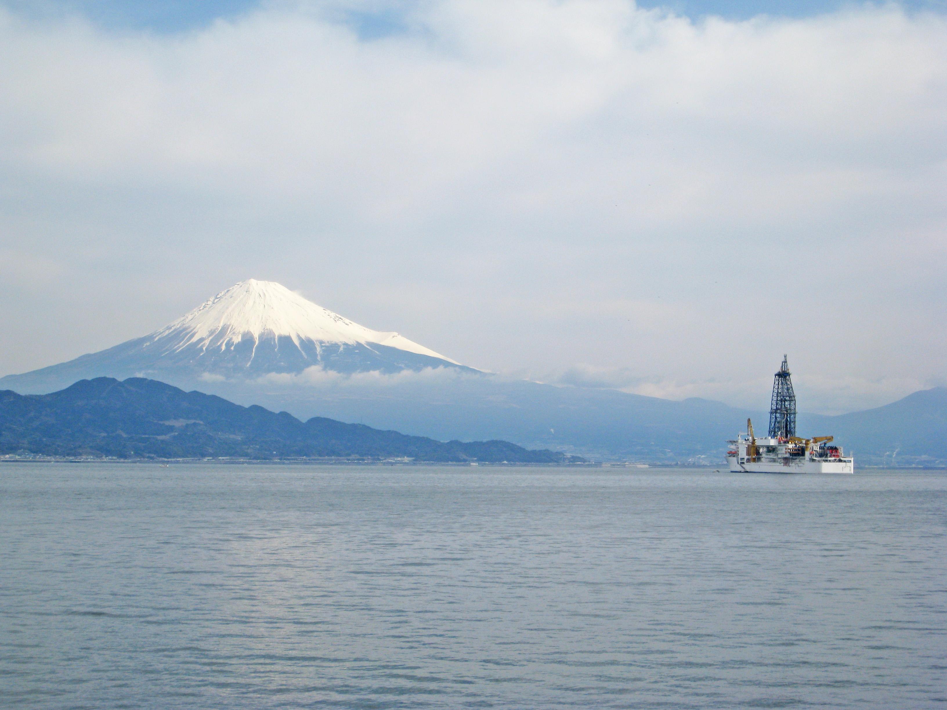 Le navire japonais Chikyu, ici devant le mont Fuji, participe au programme Ecord