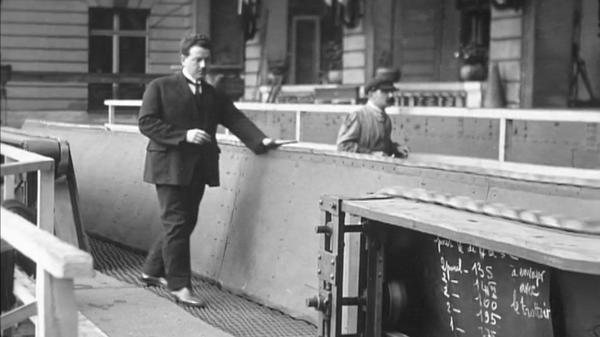 Photo noire et blanc d'un homme sur un trottoir mécanique