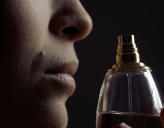 Femme qui renifle un parfum