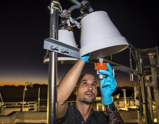 Ingénieur en train d'installer un détecteur de mercure atmosphérique