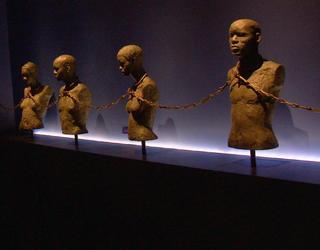 Sculpture représentant des esclaves enchaînés entre eux.