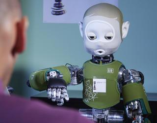 robot pointant du doigt face à un humain