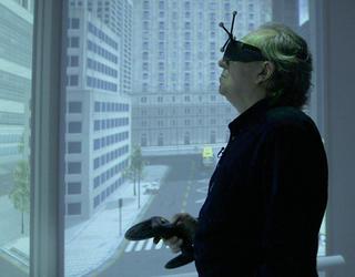 Homme avec lunettes polarisantes dans environnement virtuel immersif