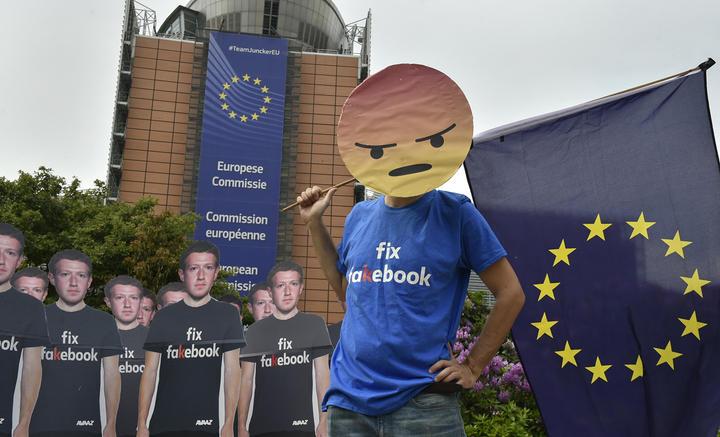 Manifestation devant le siège de l'Union Européenne à Bruxelles (Belgique) dénonçant le rôle de Facebook dans la propagation de fausses nouvelles.