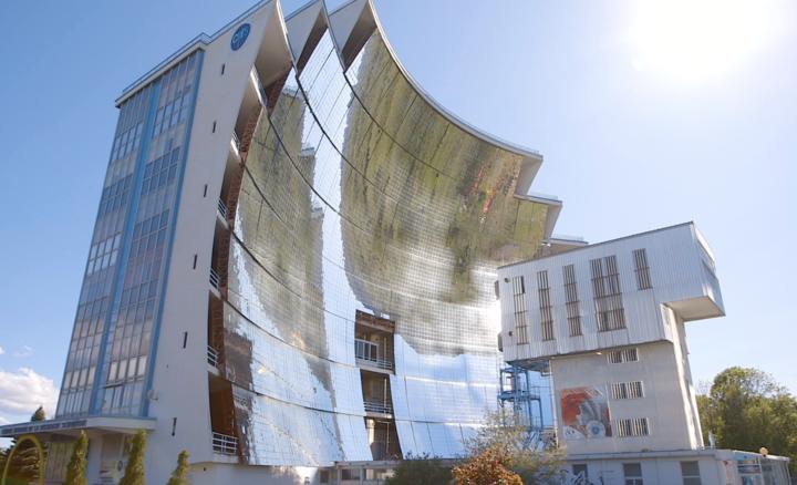 Vue du grand four solaire d'Odeillo
