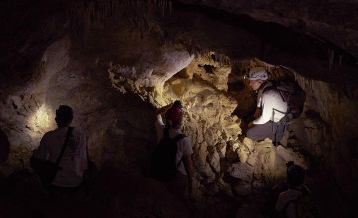 Chercheurs dans une grotte