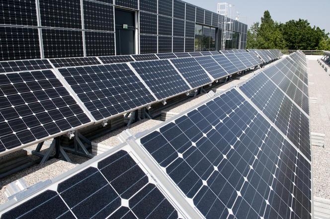 Panneaux photovoltaïques sur la terrasse du bâtiment Adream.