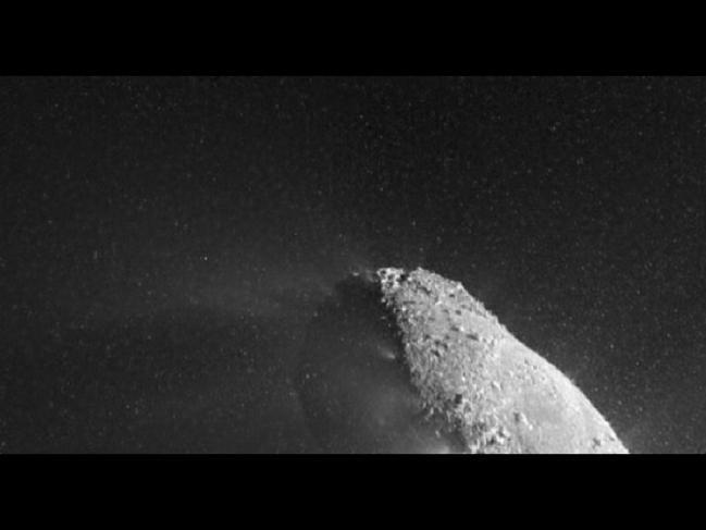 Photo d'une partie du noyau de la comète Hartley-2, éclairé par le Solei
