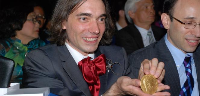 Cédric Villani reçoit la médaille Fields en 2010.