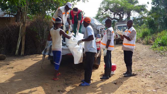 Prise en charge du corps d'un défunt lors de l'épidémie d'Ebola en Guinée