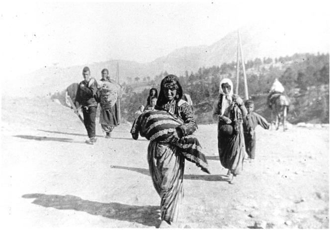 Réfugiés arméniens sur les routes durant le génocide