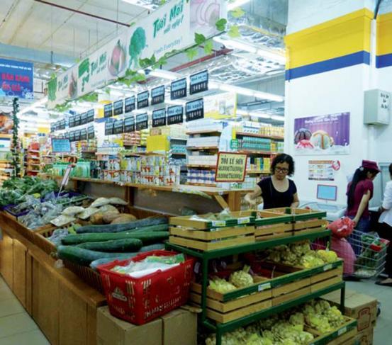 Revente dans un supermarché de produits issus de l'agriculture familiale, au Vietnam.