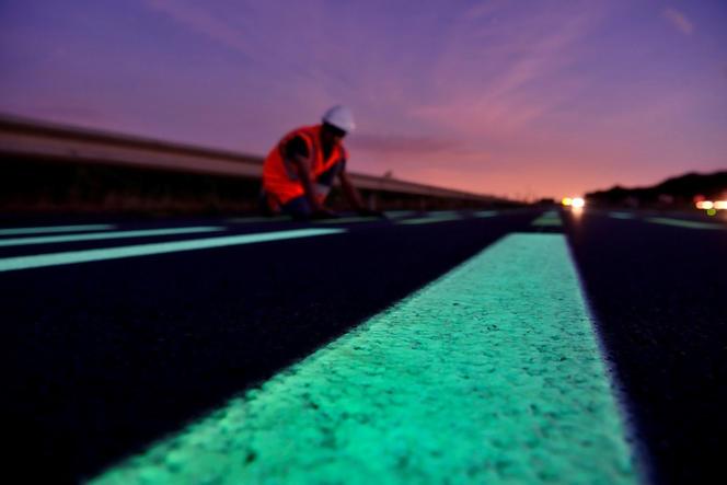 Le marquage au sol des routes pourra être visible la nuit et par mauvais temps grâce au développement de peinture photoluminescente issue du projet I-Street/Sushis. EIFFAGE/OLIKROM
