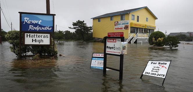 Route de Caroline du Nord (Etats-Unis) inondée à la suite du passage de l'ouragan Dorian en septembre 2019.