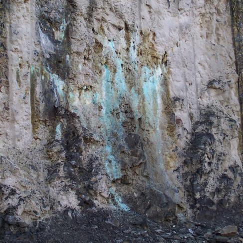 Traces d'arsenic sur les parois de la mine à ciel ouvert de Salsigne.