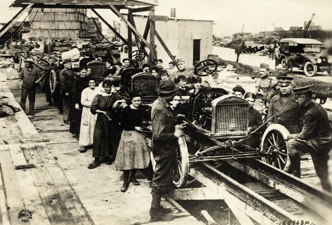 Ouvrières américaines dans l'industrie automobile.