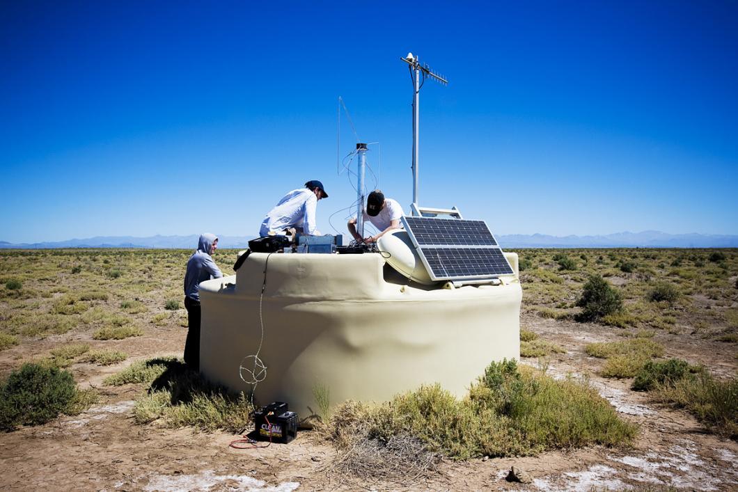 Installation sur une cuve d'une antenne dite papillon, observatoire Pierre Auger