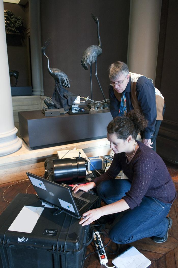 Les chercheurs Philippe Colomban et Aurélie Tournié au musée Cernuschi