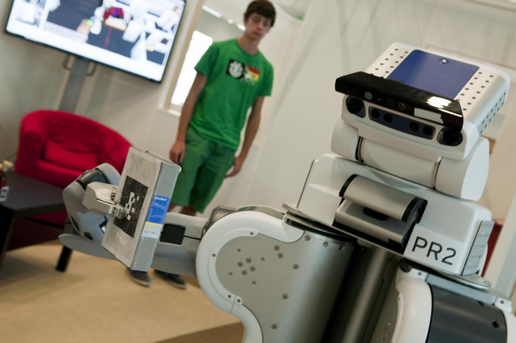 Le robot PR2 peut coopérer avec des humains dans un environnement domestique