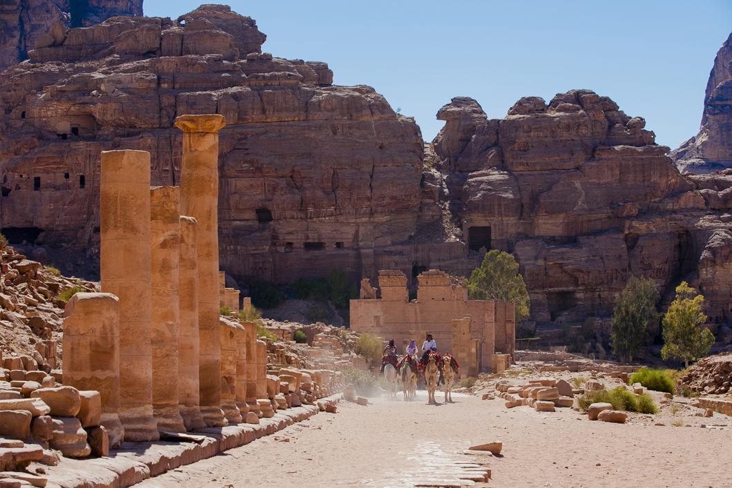 Voie à colonnades de Pétra aboutissant au temple du Qasr al-Bint
