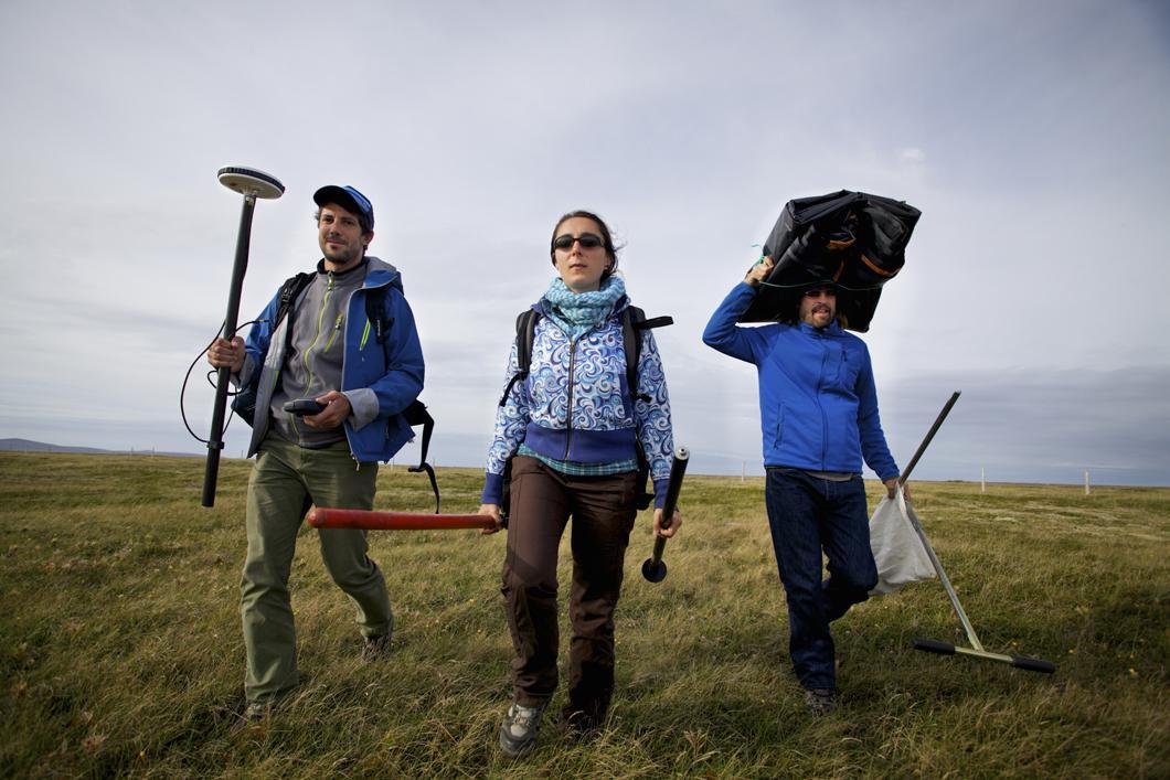 Chercheurs du Cefrem effectuant des prélèvements de sable et des relevés topographiques sur l'isthme de Miquelon-Langlade
