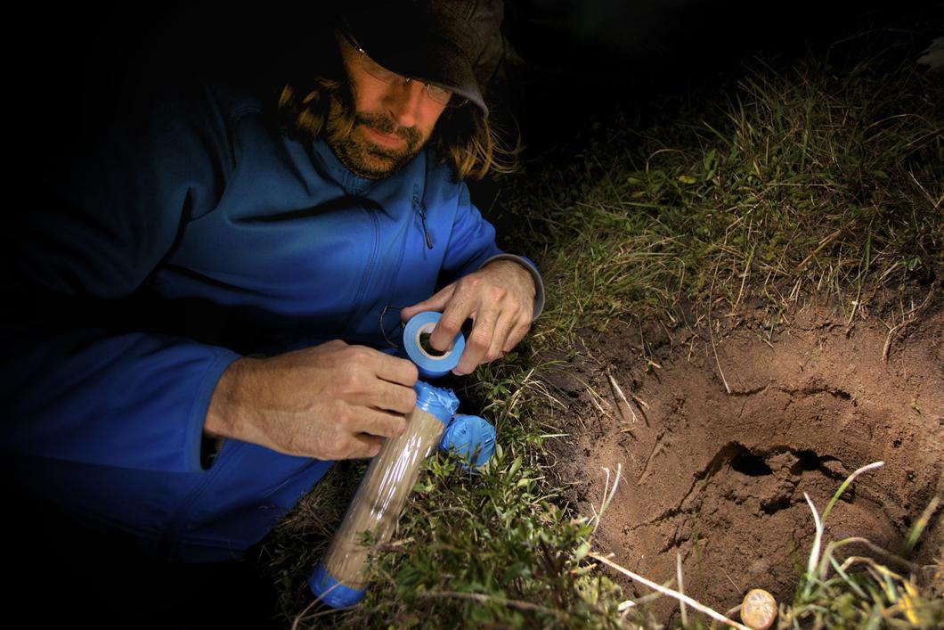 Recueil d'échantillons de sable de l'isthme de Miquelon-Langlade dans des tubes opaques