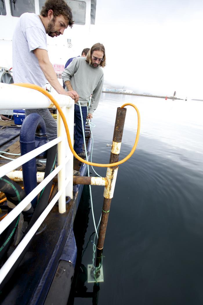 Scientifiques sondant le fond marin au large de l'île Miquelon