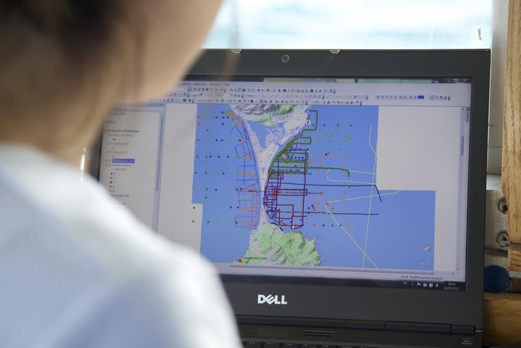 Chercheuse du Cefrem assurant le suivi des sondages sismiques effectués aux abords de l'isthme de Miquelon-Langlade