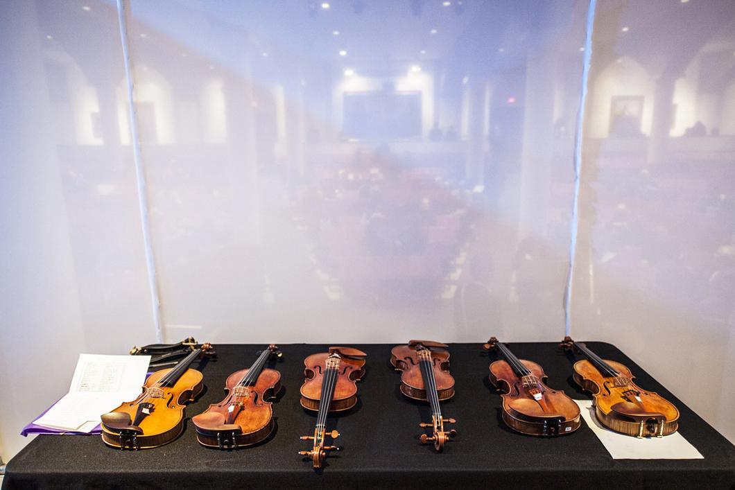 Trois Stradivari et trois violons neufs disposés pour un test d'écoute comparative