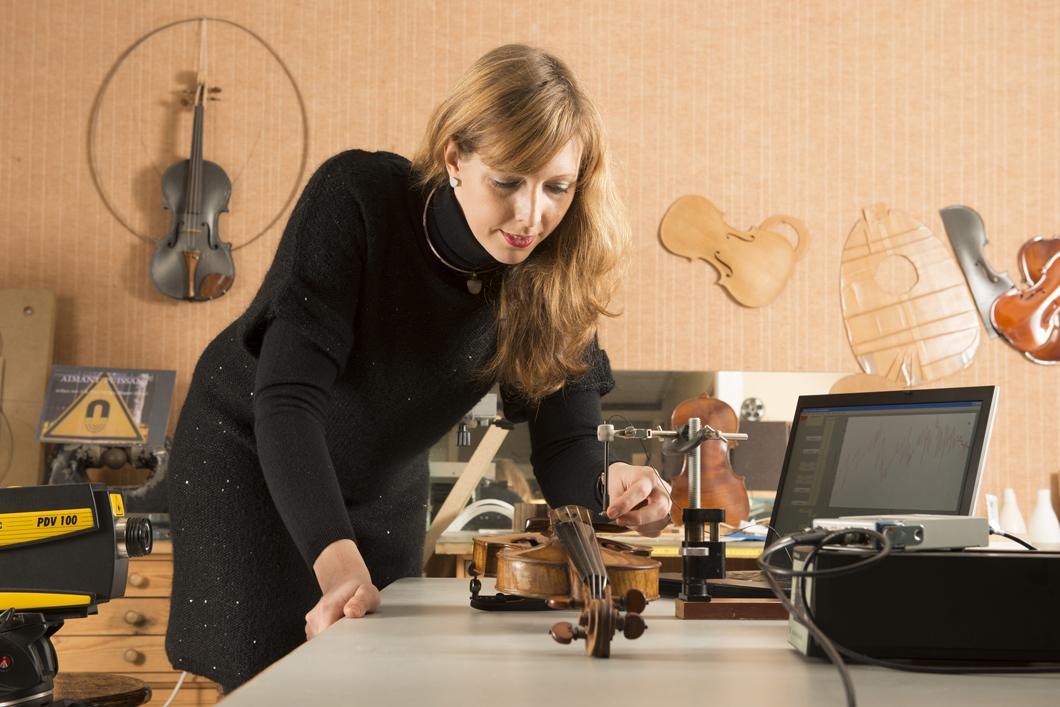 Claudia Fritz effectuant des mesures sur des violons