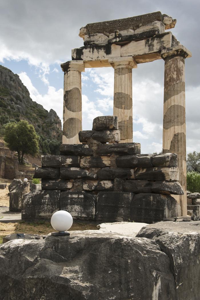 Sphère disposée sur le site de la Tholos de Delphes avant numérisation