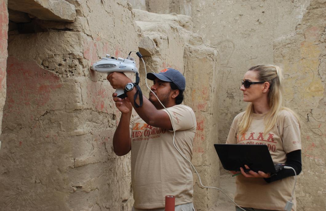Véronique Wright et Aldo Watanave sur le site de Tambo Colorado, au Pérou