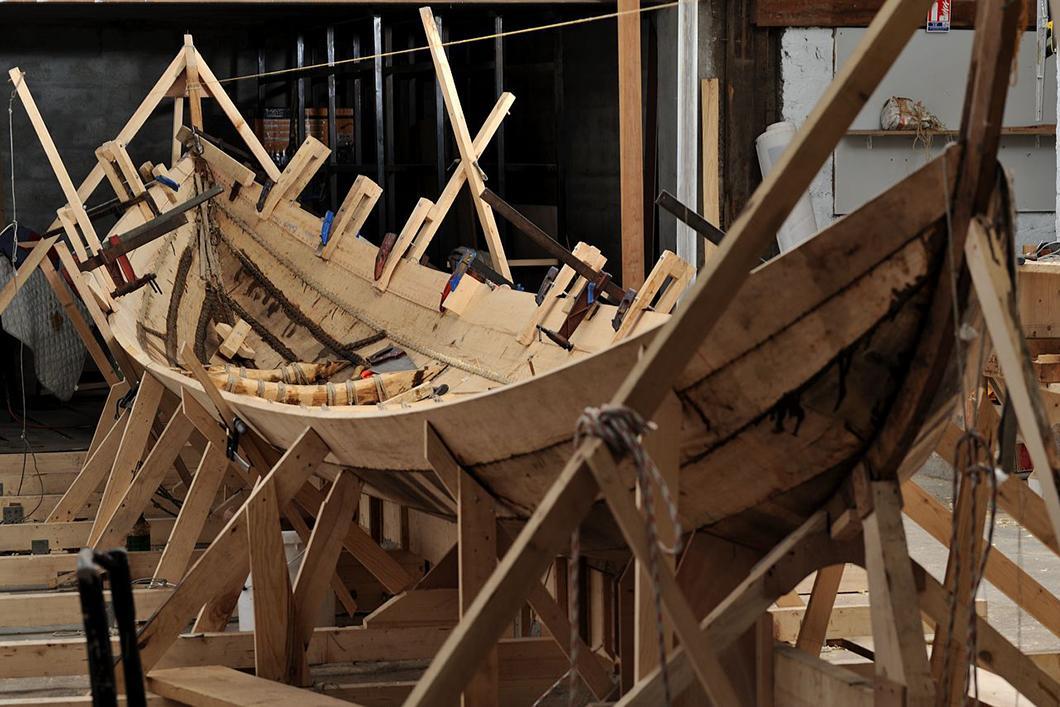 Construction du bateau Gyptis, mise en place des bordées de carène