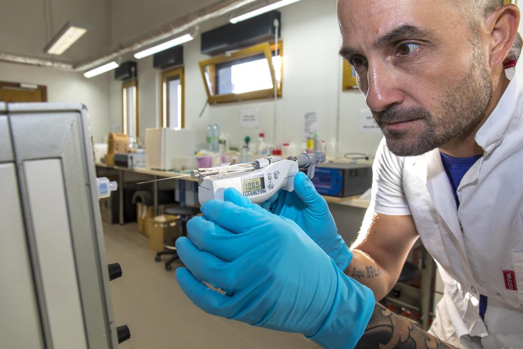 Ingénieur manipulant une seringue électronique pour calibrer un instrument de mesure