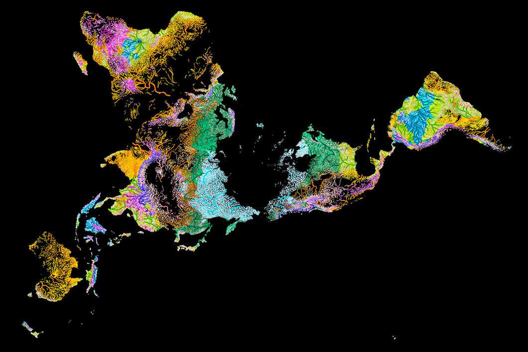 Carte multicolore du globe sur laquelle les océans figurent en noir