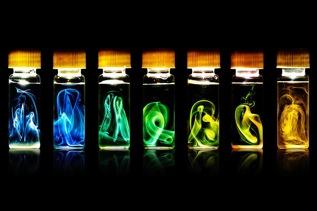 Flacons alignés avec des nuages de couleurs différentes en fonction du flacon.