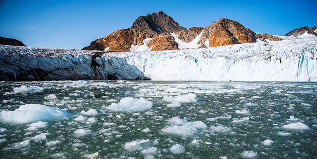 Extrémité sud-est du glacier Apusiajik sur l'île Kulusuk (Groenland).
