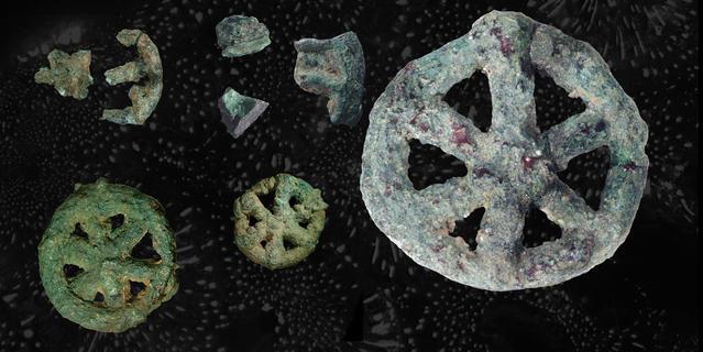 Objets rouillés dont une amulette