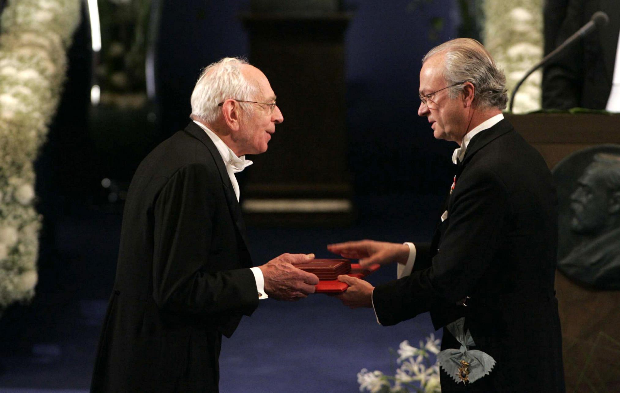 Yves Chauvin reçoit le prix Nobel 2005 de Chimie