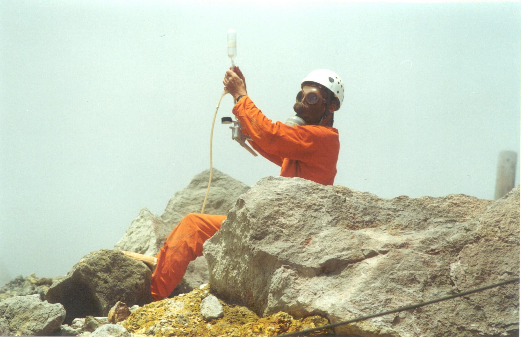 Prélèvement de gaz au sommet de La Soufrière