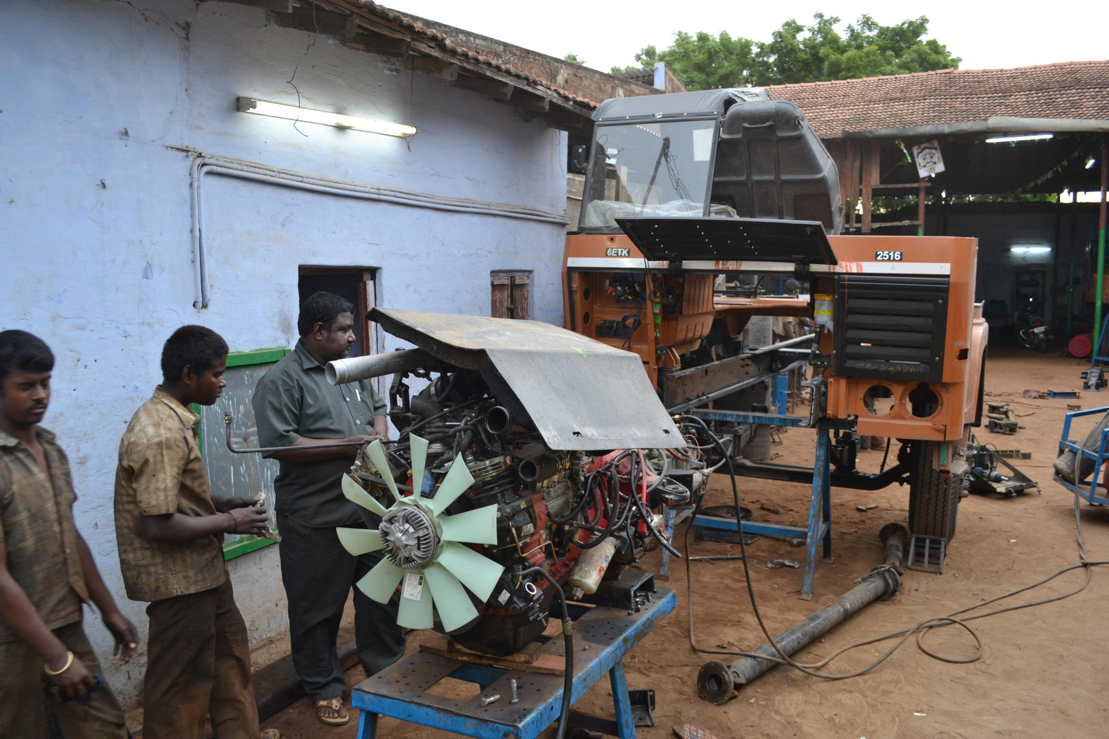 Atelier automobile en Inde.