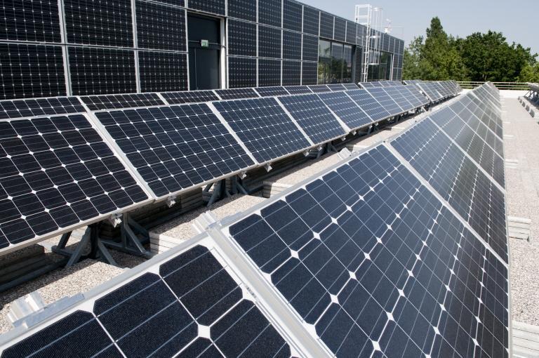 Panneaux photovoltaïques sur la façade sud du bâtiment Adream