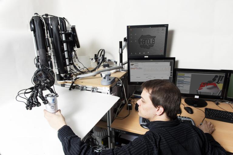 La main robotisée du projet Handle manipule une canette.