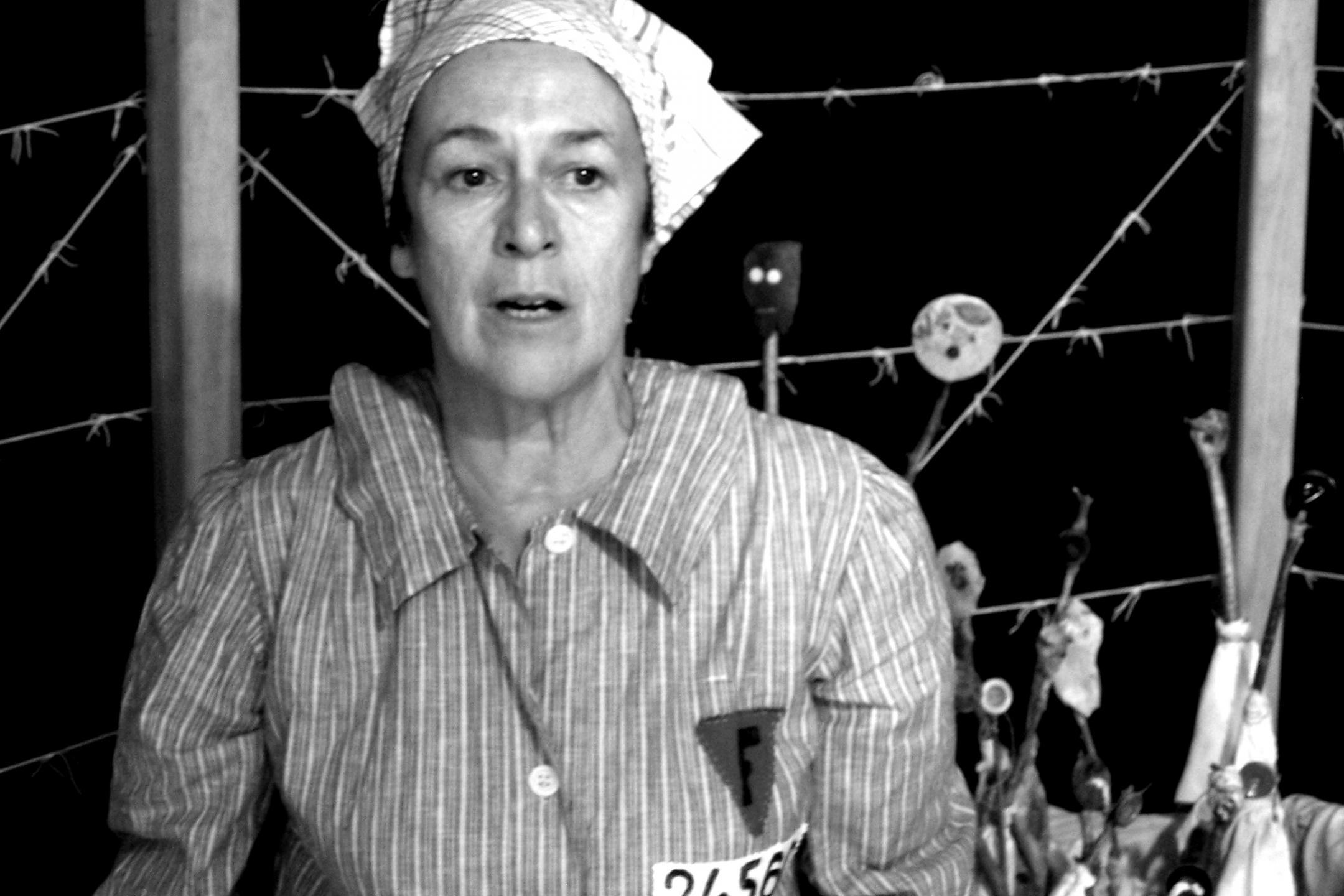 La comédienne Roselyne Sarazin dans la pièce «Une opérette à Ravensbrück», montée d'après l'œuvre de Germaine Tillion «Le Verfügbar aux enfers».