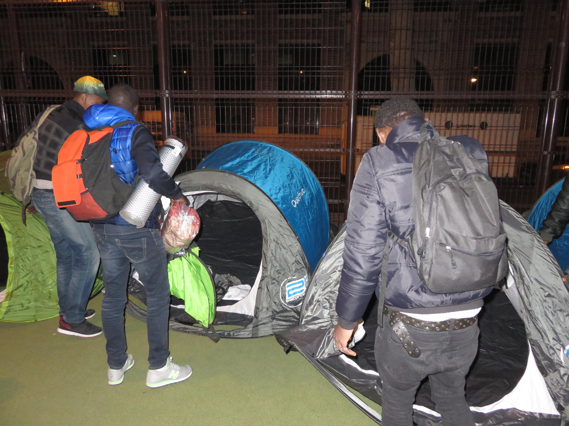 Jeunes migrants dans des campements