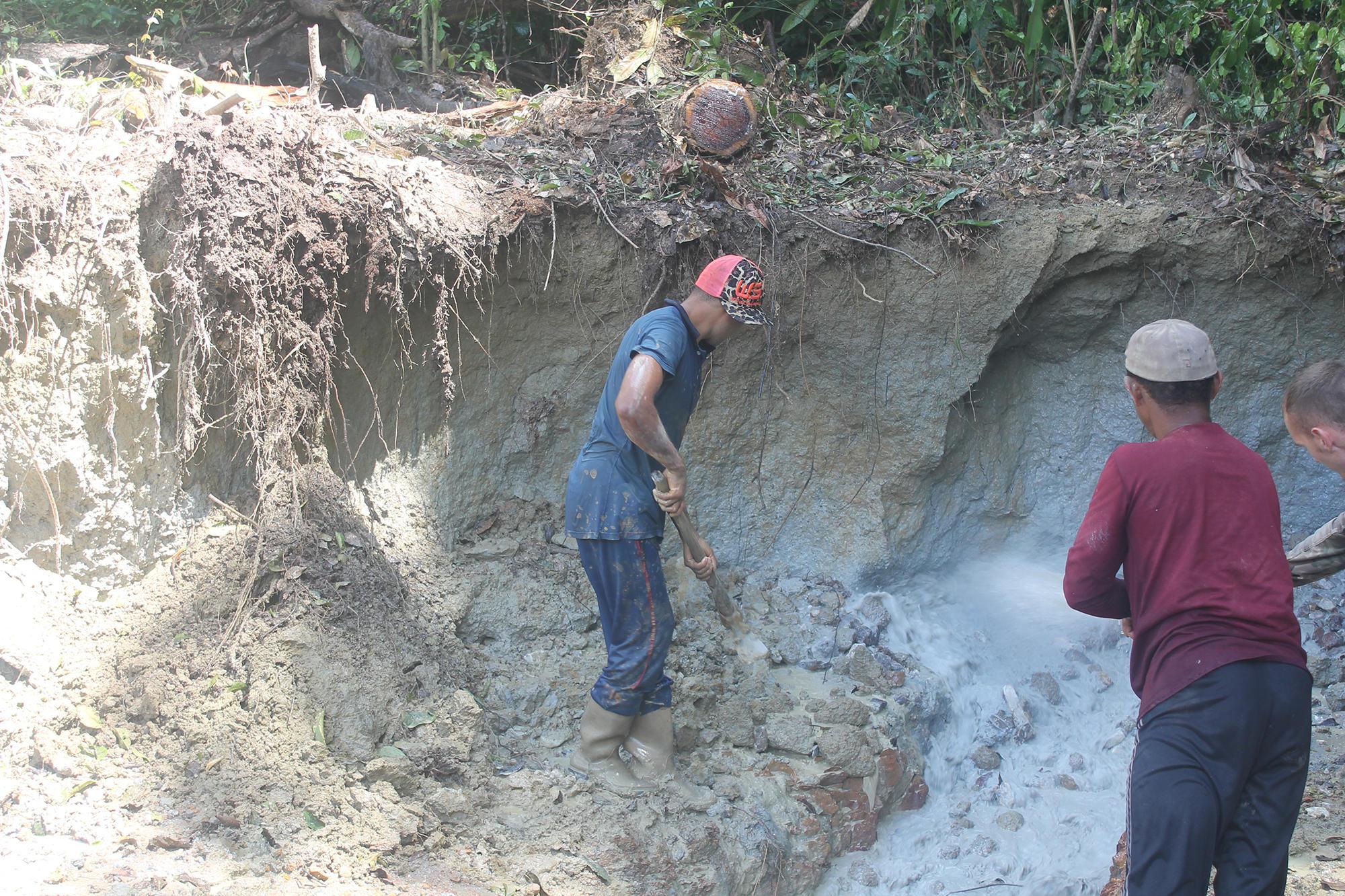 Les techniques sont rudimentaires mais la connaissance empirique que les garimpeiros ont des sols leur permet de trouver ce qu'ils cherchent.