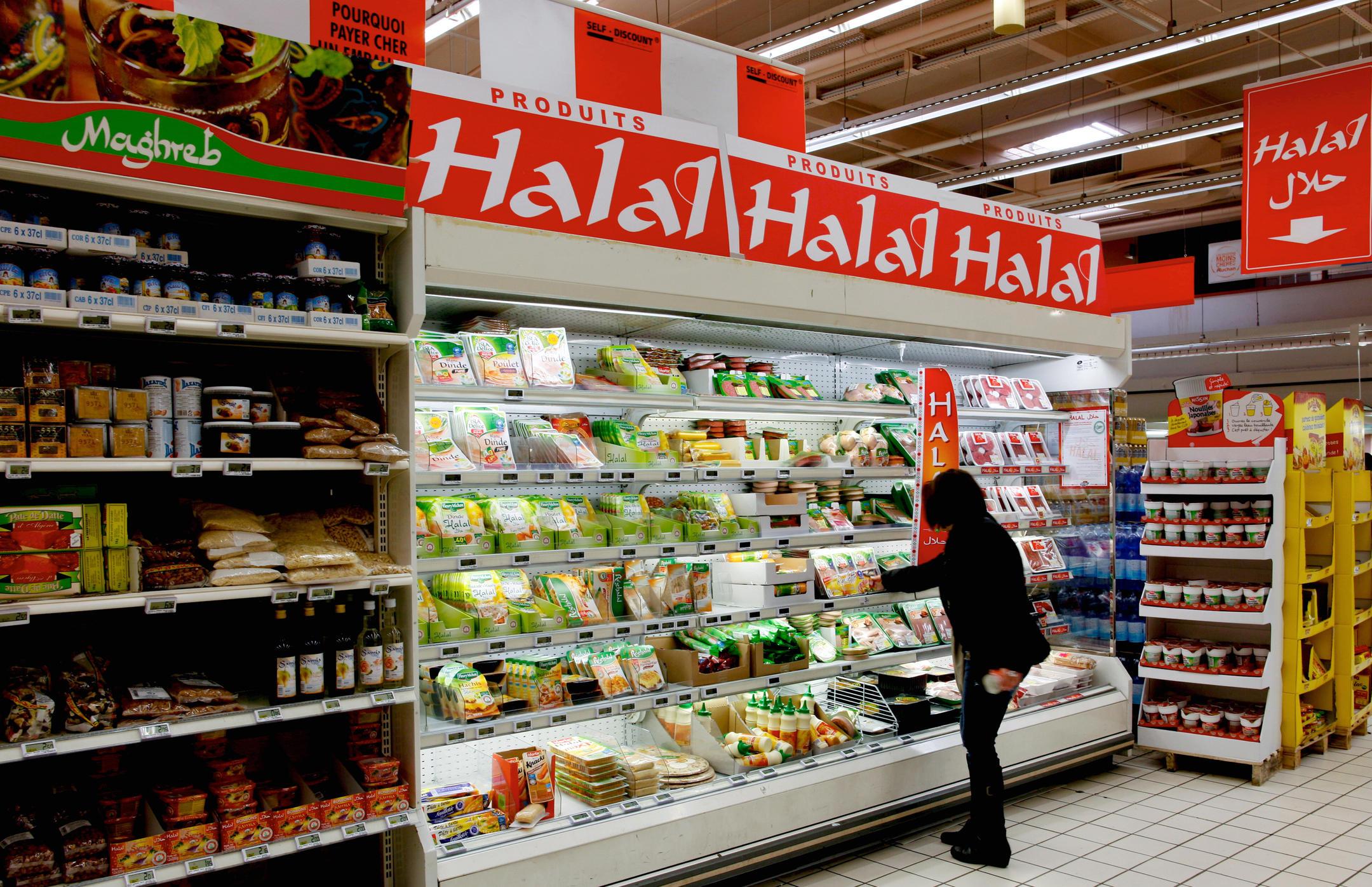 Rayon de produits Halal dans un hypermarché Auchan