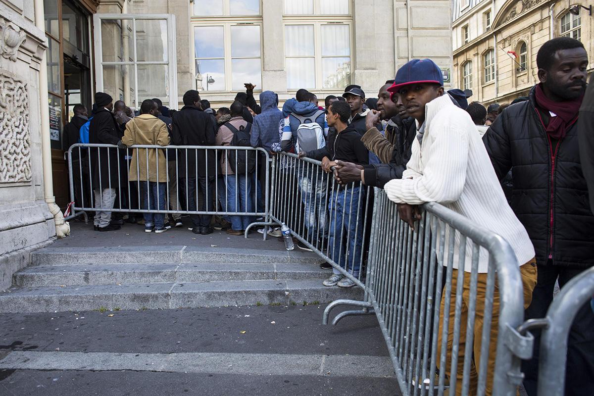 Demandeurs d'asile devant la mairie du 18ème arr. de Paris