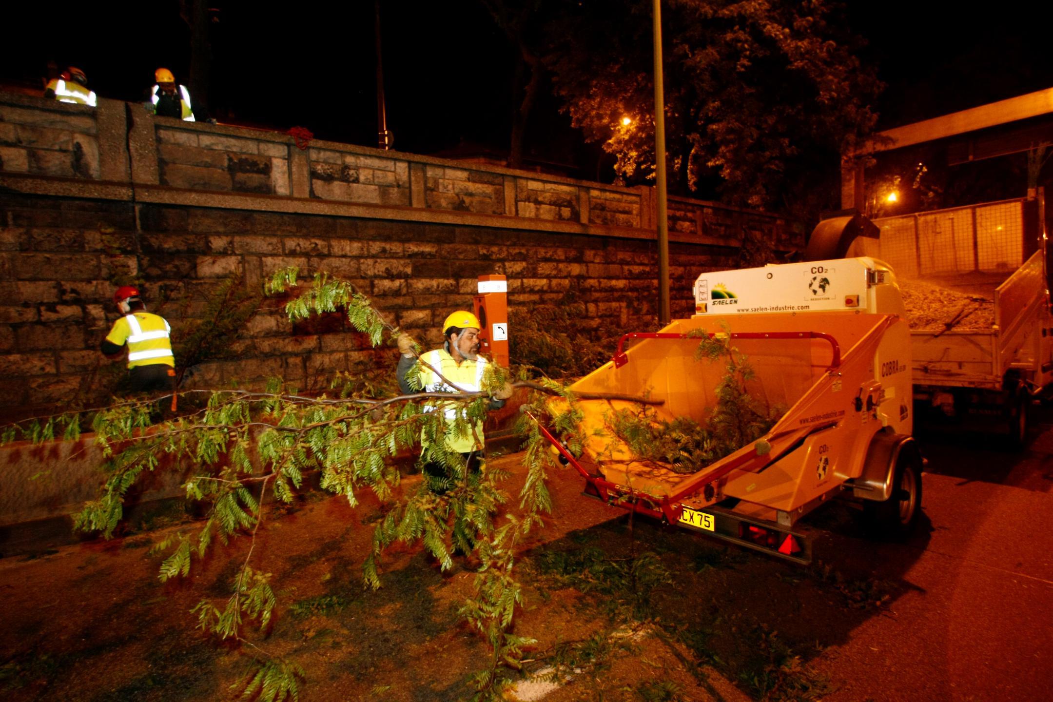 Nettoyage et entretien du boulevard périphérique la nuit.