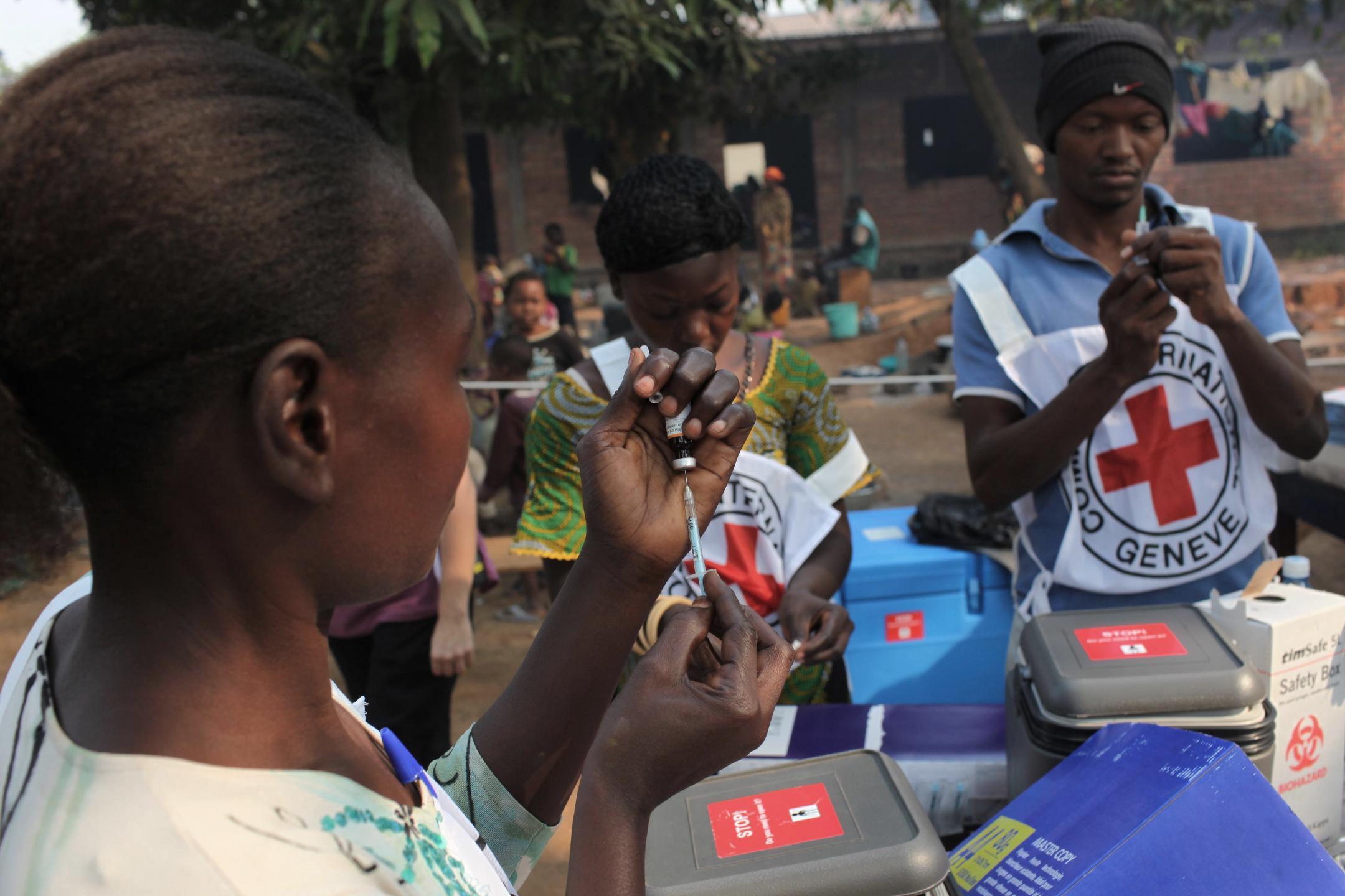 Campagne de vaccination contre la rougeole et la polio menée par la Croix Rouge en Afrique Centrale.